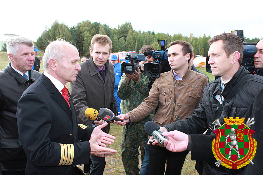 Подполковник Игорь Жук (справа) берет интервью у начальника Минского аэроклуба ДОСААФ Николая Мочанского