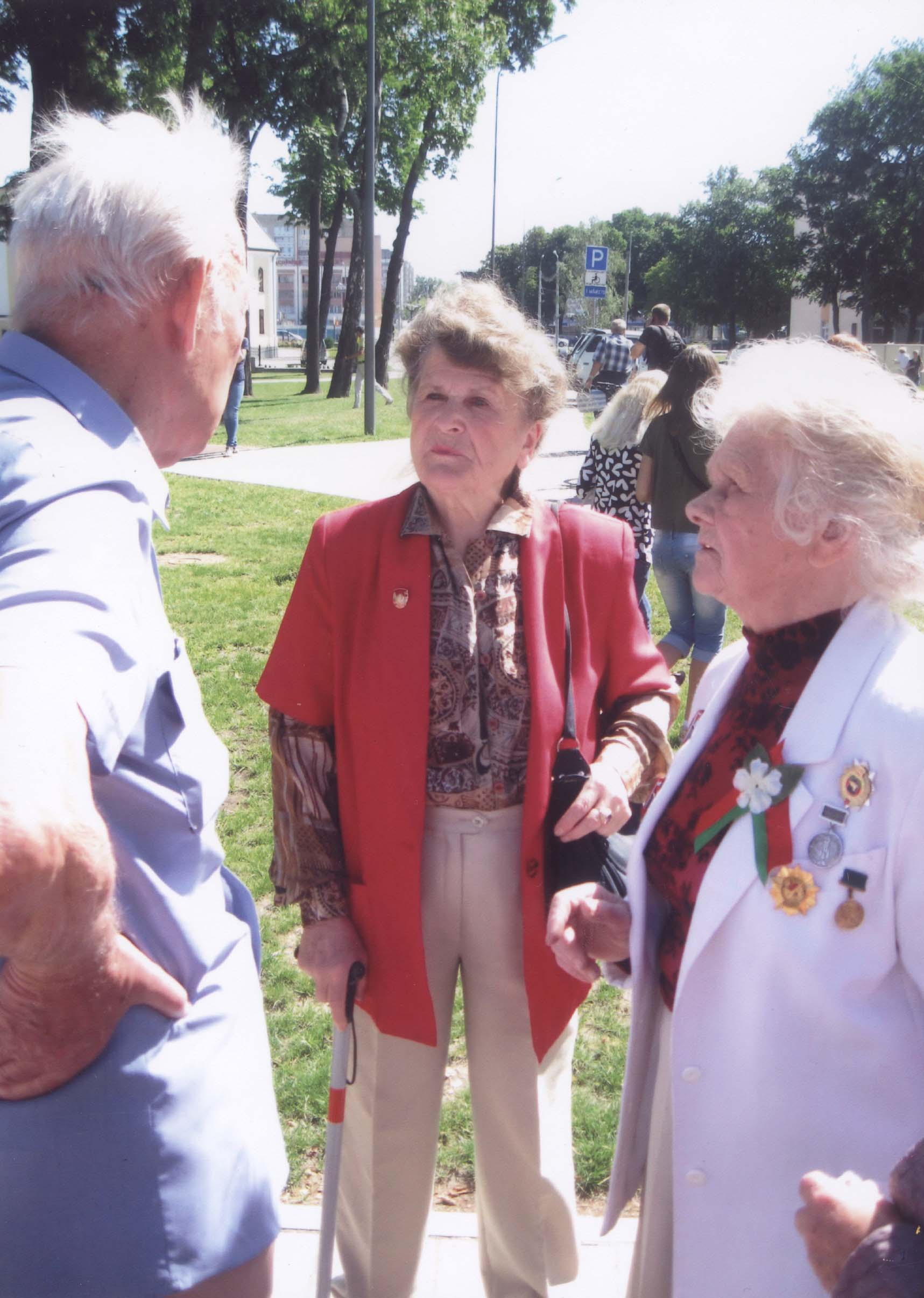 Тамара Губарева в центре снимка