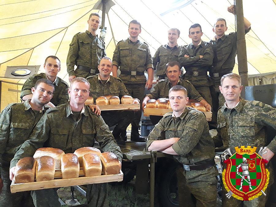 В Борисове военные пекли хлеб в армейской палатке